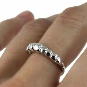 18k white gold ring with 6 diamonds